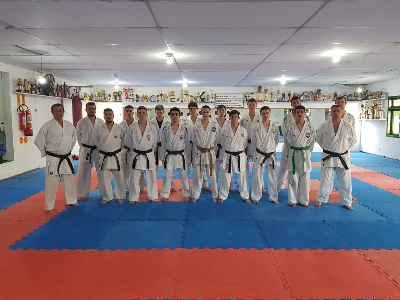 Equipe masculina de Karatê em busca do 1º lugar no Joguinhos Abertos de Santa Catarina!